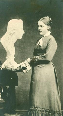 Billedhuggeren Anne-Marie Brodersen var medlem af DBS straks fra foreningens stiftelse i 1905. Hun var gift med komponisten Carl Nielsen.