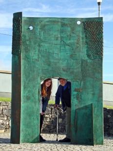 Bronzeportal Loreto Community School, Miloford, Irland.