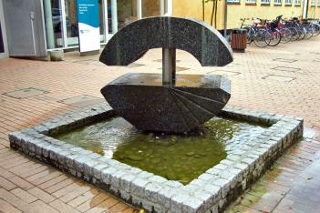 Springvand i granit ved Farum Rådhus.
