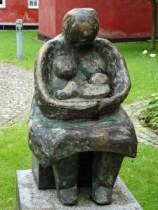 Mor og barn. Bronze ved  Frederikssund Rådhus.