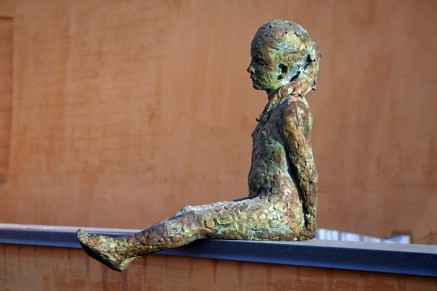 Adolescente bronze, 40 x 40 x 15 cm.