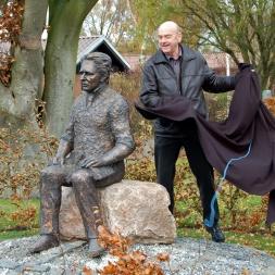 Jeppe Aakjær i bronze, Salling ungdomsskole i Jebjerg.