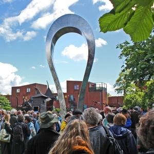 """Per Sommers """"Omega"""" ved åbningen af SkulpTur 2012 i Hyldespjældet, Albertslund."""