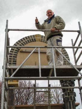 Peter Hesk bygger ny port.