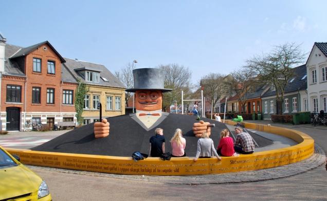 Professor Labri. Skulpturen har forvandlet en bunker i Odense til et monument for en gøgler.