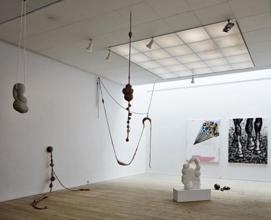 Hængende sandstens skulptur, Marmor på gulv og sokkel. Silikone fra loft og væg, kobber på gulv