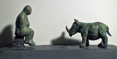 Mand og næsehorn, bronze og skifer