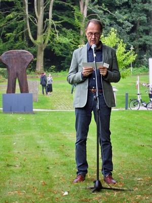 Søren Schaarup holder åbningstale på Kunstcenter Silkeborg Bad